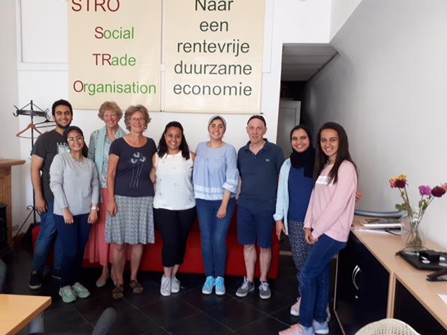 Bestuursleden Ellen Winkel en Corien Hoek brengen een bezoek aan de studenten die stage lopen bij STRO. Vlnr: Diaa, Zeinab, Corien, Ellen Lilian, Mariam, Henk, Mennallah, Yassmin
